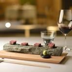 凛とした空気が心地よく迎えてくれる【嵐山 MITATE】。月毎に、その季節を表すようなテーマに沿ったコース料理が供され、接待や小グループでの会食、家族のお祝い事、婚礼の顔合わせなどに最適です。
