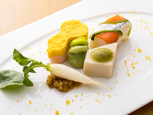 季節の素材それぞれの味を生かしながら、さまざまな調理法で彩りよくまとめた『前菜』