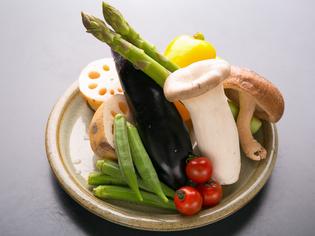 地元広島高宮町産の熟成させた鶏を仕入れ旬の野菜にもこだわり