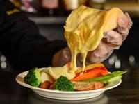 天然酵母のバゲットパンとラクレットチーズをかけた濃厚なチーズの旨味を感じる一品。実際にアルプスの少女ハイジに登場するのはパンにラクレットをかけたメニューなので本物の「ハイジのチーズ」はこちらです