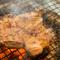 厳選した肉を、炭火でじっくりと火入れし、ジューシーに仕上げ