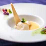 ル・クログループのオーナーシェフである黒岩 功氏の作品で看板メニュー。ウニのムースに焼き茄子の風味がよく合う、ウニ好きにはたまらない逸品です。