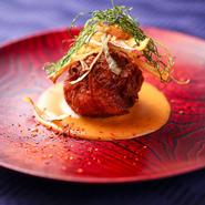 魚介のムースとブランデーでマリネした天使海老を中に詰めて、千切りのポテトで包んで香ばしく揚げた一品。濃厚なアメリケーヌソースが絡み絶妙なバランスが味わえます。オープン時からの定番人気メニューです。