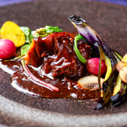 じっくりと赤ワインで煮込んだ牛ホホ肉は口の中でほどける柔らかさ。ワインのコクのある酸味がほどよく添えられた季節の野菜とも好相性。それぞれのうまさを引き出しながら楽しめます。