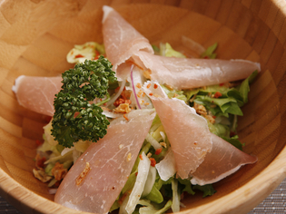 地場産を中心に、鮮度にこだわった野菜や海鮮を仕入れ!