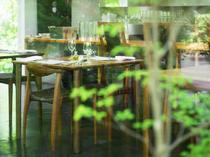心地よく流れる時間。夫婦の食事会やお祝いの席にも利用可能