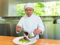 お客様に料理を楽しんでもらうため、一皿に遊び心を持たせる