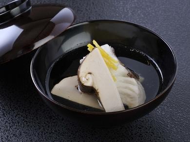日本料理の極み、やさしい出汁の『鯛と松茸の椀』