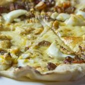こだわりの『キーマ風チキンカレーとボイルドエッグのピザ』