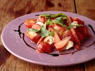 季節を楽しむフルーツサラダ『バジル香るイチゴとトマトのクリームチーズサラダ』
