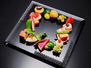 彩り豊かな野菜の共演。甘み、辛味、苦味、酸味、塩味など、五味のすべてを一皿で堪能する『お野菜の八寸』