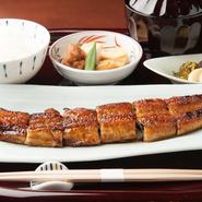 甘めの特製タレをたっぷりつけた【まる兆】自慢の鰻の長焼き。脂がのった身と、タレの香ばしさは相性抜群です。