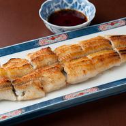 シンプルな鰻の白焼き。ぐっと締まった身に脂が閉じ込められていて、鰻そのものの風味を存分に堪能できます。