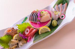その日に仕入れた新鮮な旬魚を楽しめる『刺身五種盛り』