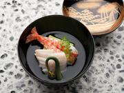 アブラメなどの旬の鮮魚と季節の野菜を取り入れた煮物椀、口に上品な出汁の味が広がる澄まし仕立て。素材そのものの味が堪能できます。