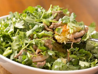 パクチーてんこ盛りの『ラム肉とパクチーの炒め飯 スパイス醤油味』