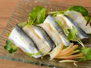 鮨職人の腕の見せどころ鯛の昆布締めとコハダを使い、ほのかに柚子が香るめずらしい和風カルパッチョ。素材の扱いが秀逸。鯛とコハダのやさしい味わいがワインとよく合います。
