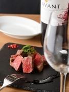 低温でゆっくり焼き上げたお肉は北海道美瑛産A4ランクの和牛。シンプルな味付けが肉本来の旨みを引き出しています。美しい盛り付けも必見。