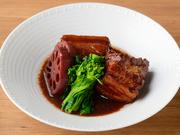 国産豚を長時間かけて煮込んだ肉の、ほろりと崩れる柔らかい食感を楽しめます。牛スネ肉と香味野菜を煮詰めて抽出したソースと合わせた、深みのある味わいが赤ワインと好相性。