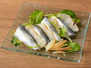 市場に足を運び、食材を見て厳選した『旬の魚のカルパッチョ』