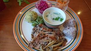 疲労回復に役立つビタミンB1豊富な『豚肉の塩麹黒ゴマ炒め』がメインの『ランチプレート(肉)』