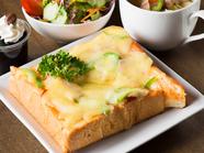 トロリと溶けたチーズと炒めたベーコンの組み合わせが絶妙『ピザトーストセット』