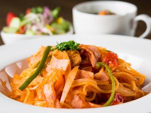 モチモチ麺のナポリタン、サラダとスープの野菜は地元産『パスタセット』
