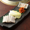 ゆでた豚肉やキムチなどを白菜で包んで食べる『ポッサム(ゆで豚肉)』