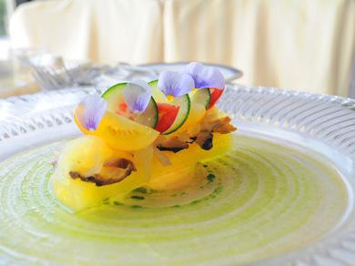 加藤さんが収穫したオレンジスイカと長井漁港産サザエ、そーめんカボチャと夏野菜の出会い