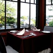 豊かな自然を望める窓際席は、予約必須の人気席