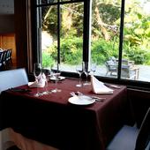 広大な庭園が望める、開放的な窓際席
