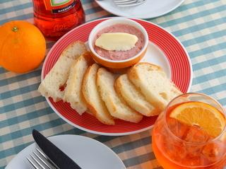食べ放題のお通しメニュー!魚貝タルタルと自家製フォカッチャ