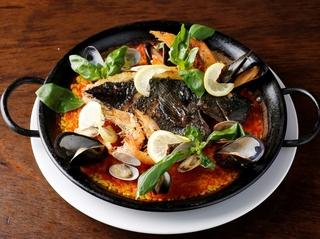特製ソースで二度美味しい新鮮な魚貝たっぷりの「パエリア」