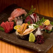 身の引き締まった鮮魚に加え、魚によっては熟成させる。魚の良さを最大限引き出した『お造里盛り合わせ』