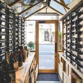 ずらりと並ぶ様が圧巻。50種類以上のボルドー直輸入ワイン