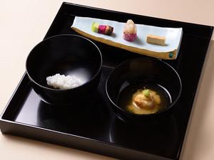 ご飯・味噌汁と共に出される向付に、見て楽しく食べて驚く趣向が隠されている『膳』