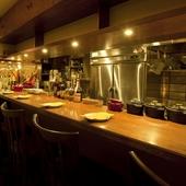 シェフの調理する姿を目の前に、料理への期待が膨らむ特別席
