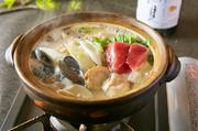 今年流行のあご出汁をあっさり塩仕立てにし、海香るお鍋としました。  一人前 1480円(税抜)
