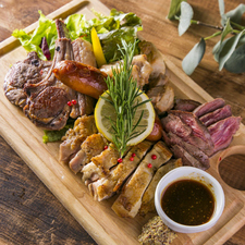 肉5種盛り合わせ(フレンチラムチョップ・グリルチキン・ソーセージ・牛赤身・ローストポーク)