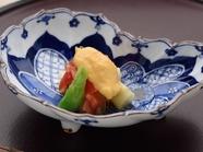 ほどよい酸味が食欲をくすぐる『みる貝とホワイトアスパラトマトジュレ掛け』