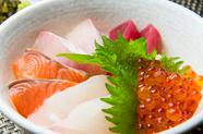 自家製の胡麻ダレが素材の味を引き立てる『海鮮丼』