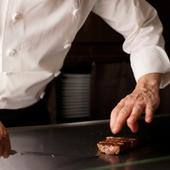 経験豊かなシェフの鉄板料理を飲み放題付きコースでお得に堪能