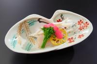 春に食べられる先付は、白魚と春野菜。白魚はお酒で蒸して旨みを引き出し、苺と酒粕と酢を合わせた特製ソースをかけていただきます。ゆりねやうど、菜の花などの春野菜を添えて。季節感のある一皿を楽しめます。