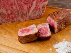 上質な脂の旨みを感じる特選黒毛和牛または風味豊かな神戸ビーフからお選びいただけます。