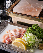 他では食べられない岩塩プレート焼き 盛り合わせ 鮮魚や天草大王、お野菜などの単品もございます
