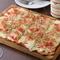 女性に大人気、軽いサクサクの薄焼きピザ『ベーコンと淡路玉ネギのタルトフランベ』