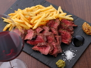 大満足、肉本来の味をかみしめられるほどジューシーな『牛ハラミステーキとポテトフライ』