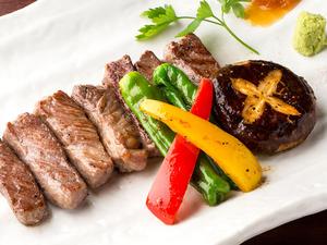 厳選牛を使用した『特製牛ステーキ』噛むほどにジューシーで上品な味わいを愉しめます。