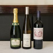 ヴィンテージ感のある赤、爽やかで軽い飲み口の白。1~2万円台をボリュームゾーンに、幅広いワインをラインナップ。バイザグラスも各種揃い、コースの流れに合わせて楽しむこともできます。