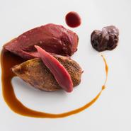 シンプルに焼き上げて旨みを凝縮した鳩に、試行錯誤の末に生まれた澄んだ血のソースと、7年間熟成させた鶏の内臓の塩辛を添えて。